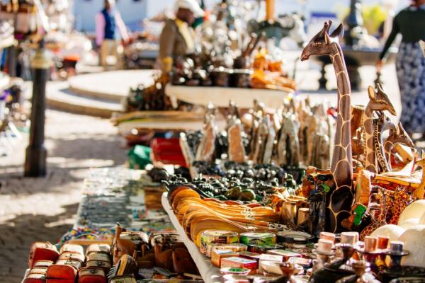 gros plan sur l'étalage d'un marché proposant de l'artisanat africain