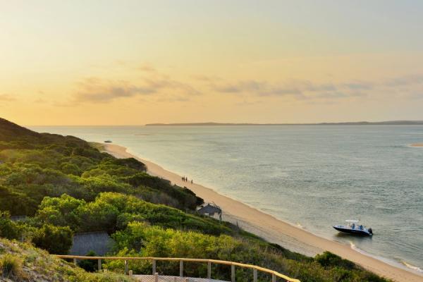 plage du mozambique sous un coucher de soleil