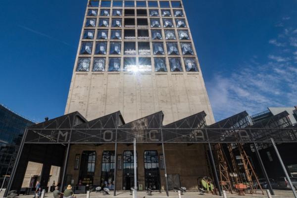 Vue de la façade du Silo hôtel avec l'entrée du musée Zeitch Mocaa