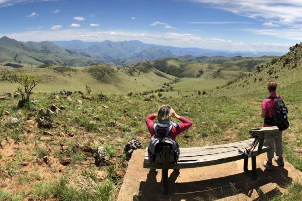 Paysage sublime du Limpopo où 2 personnes sur un banc admirent la vue