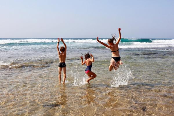 Activité plage avec des enfants qui sautent dans l'eau