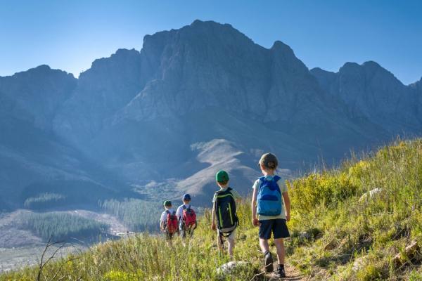 Activité randonnee en famille enfants dans la montagne