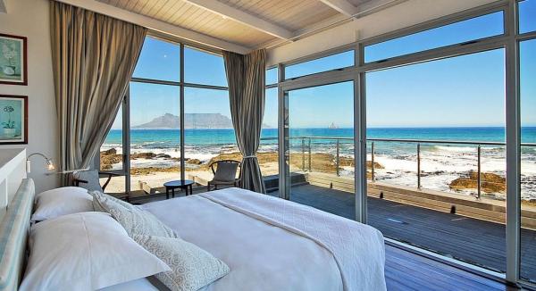 La chambre de cette maison offre une vue splendide sur Table Mountain