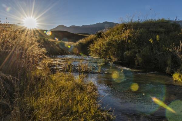 entre rivière et vallées, le soleil se lève sur le drakensberg