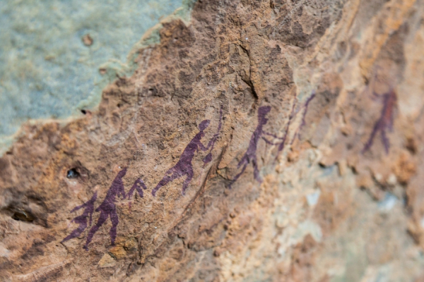 silhouettes peintes dans la roche illustrant l'art rupestre du pays