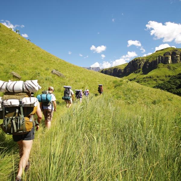 six randonneurs marchent dans les vallées de la chaîne du drakensberg
