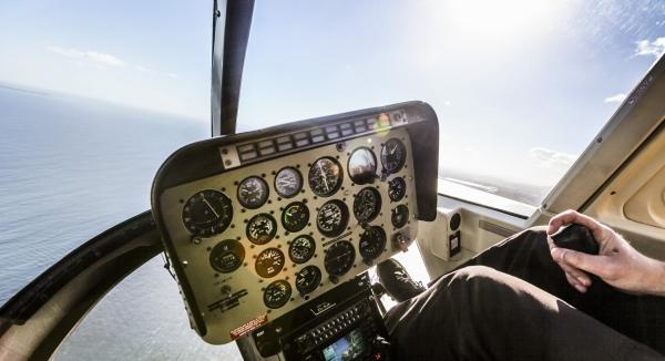 vue sur lion's head et le cap depuis le cockpit d'un d'hélicoptère