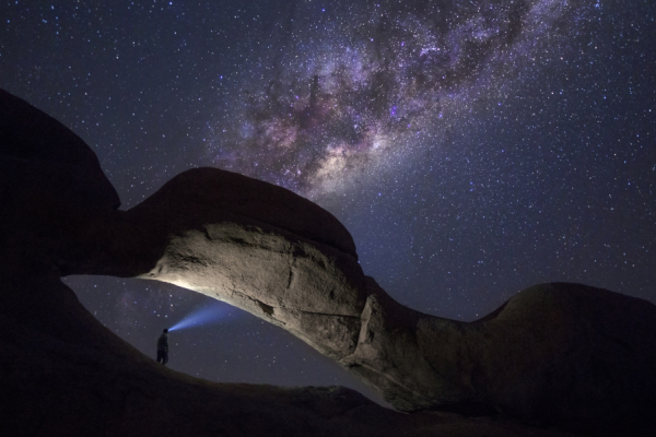 de nuit, zoom sur l'arche de spitzkoppe sous un ciel austral étoilé