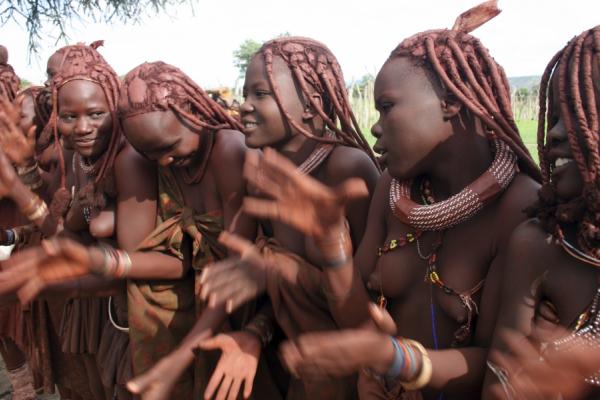 portrait de sept femmes du peuple himba tapant dans leurs mains