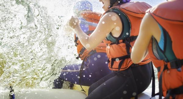 voyageurs expérimentant un rafting vivifiant sur l'Orange River