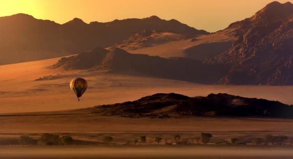vol en mongolfière au dessus d'un damaraland aux couleurs ocres