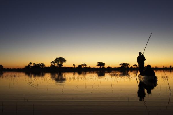 safari en moroko, la barque traditionnelle du botswana