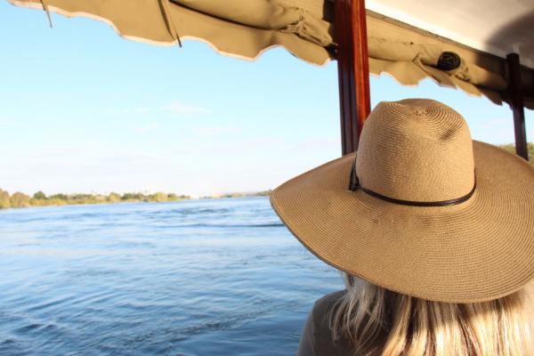voyageuse admirant l'horizon lors d'un safari sur la rivière chobe