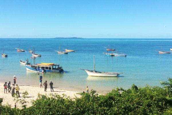 Bateaux, habitants et pêcheurs sur la plage de Vilanculos