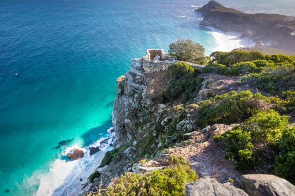 paysage d'une côte sauvage avec ses récifs et plages à l'eau turquoise