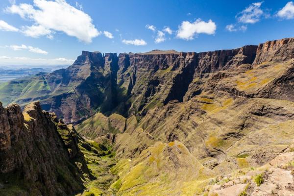 montagnes et vallées verdoyantes du drakensberg sous un ciel bleu