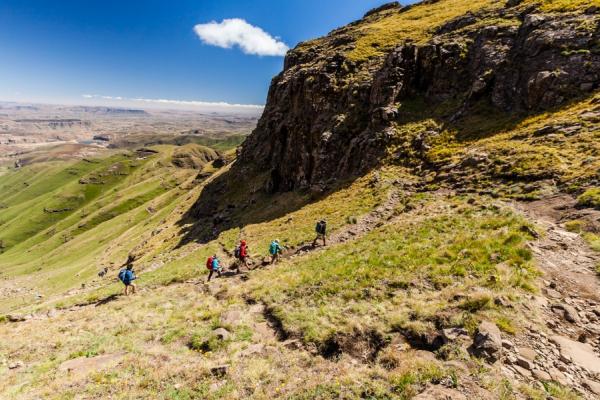 quatre randonneurs découvrent à pied les montagnes du drakensberg
