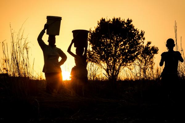 trois swazis au coucher du soleil dans le royaume du swaziland
