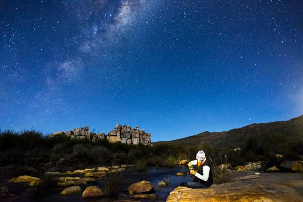 randonneuse sous un ciel étoilé dans les plaines semi-arides du cederberg