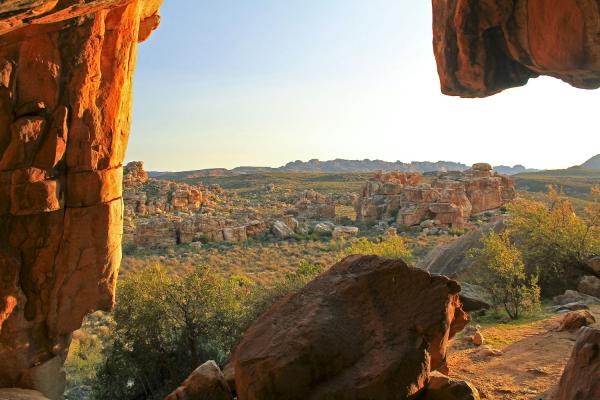 Vue sur les roches rouges du Cederberg depuis l'intérieur d'une grotte