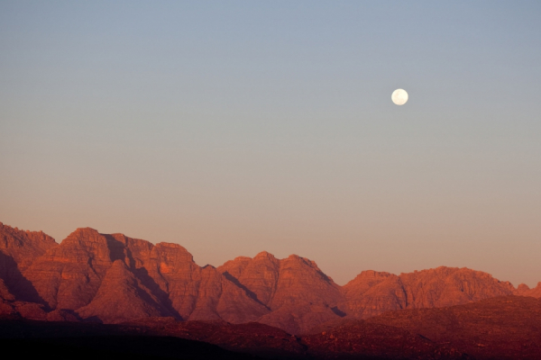 pleine lune sur les massifs montagneux du cederberg