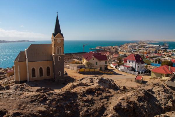 La ville côtière de Lüderitz avec son église et ses maisons