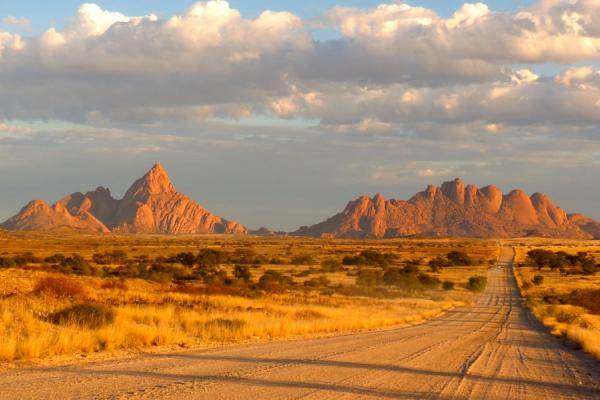 Paysage du Damaraland avec sa brousse et ses montagnes rocheuses