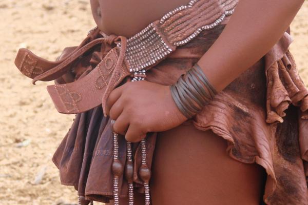 Gros plan sur la taille d'une Himba avec ses vêtements traditionnels