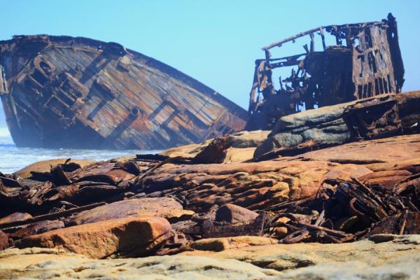Une carcasse de bateau échoué sur la côte des squelettes