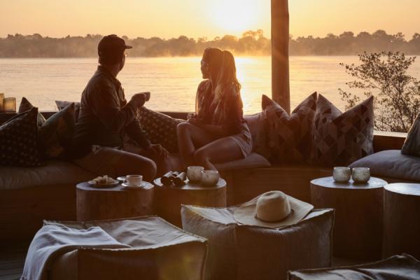 Un couple admire la vue depuis la terrasse d'un lodge en toute intimité