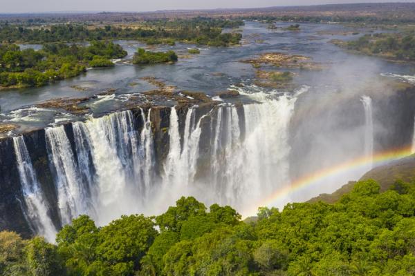 Vue sur les cascades d'eau des chutes Victoria avec un arc en ciel