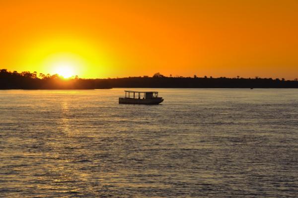 Croisière sur le fleuve Zambèze lors d'un coucher de soleil flamboyant