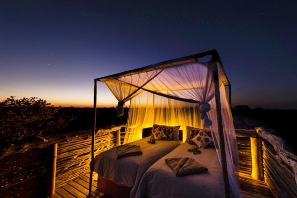 Un lit sur une plateforme pour une nuit à la belle étoile dans le bush