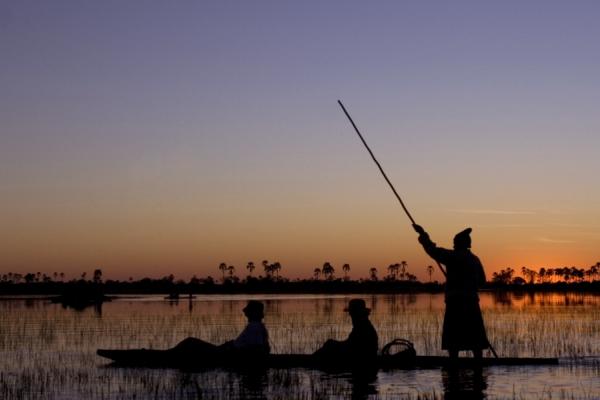Safari dans l'Okavango, en barque traditionnelle du pays : le mokoro