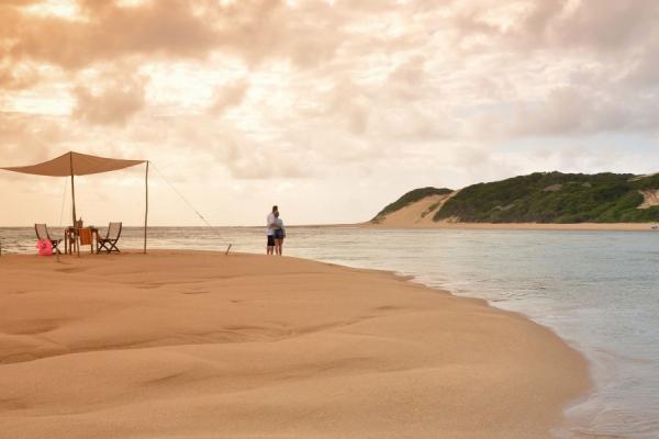 Un couple seul sur une ile s'apprête a faire un dîner romantique