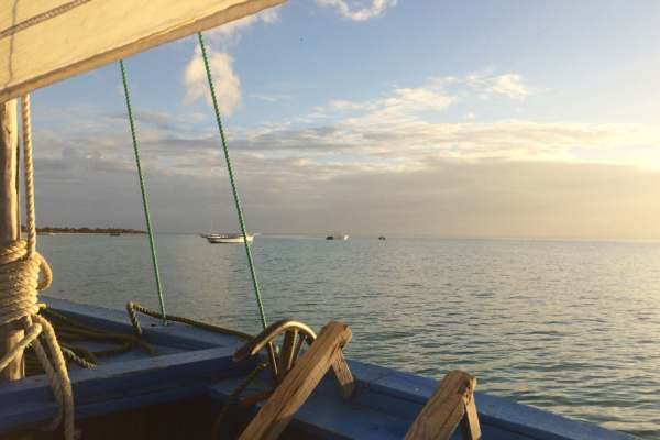 Depuis l'intérieur d'un boutre, vue sur l'océan et l'horizon