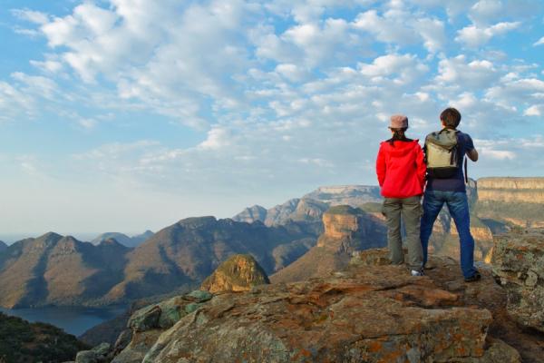 Un couple de randonneurs admirent la vue du Blyde River Canyon