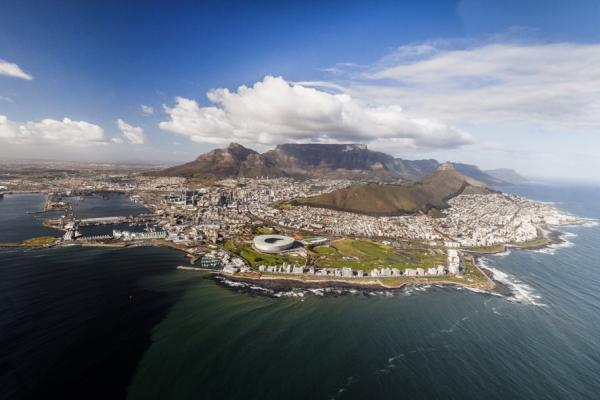 Vue du Cap depuis un hélicoptère avec océan, montagnes et ville réunis