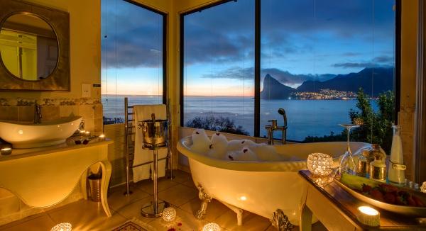 Une romantique salle de bain avec baignoire et vue sur l'océan