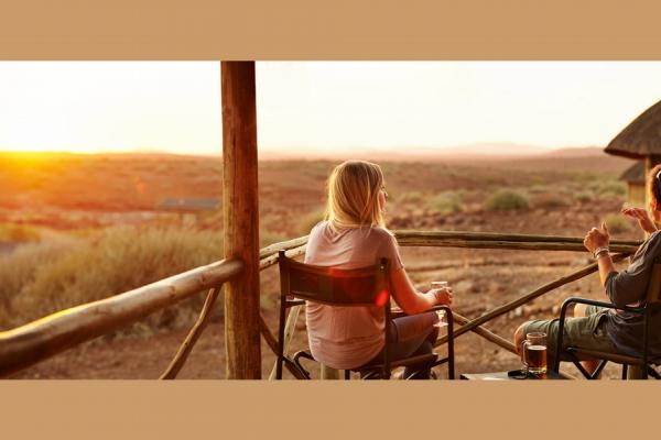 2 amoureux admirent le coucher du soleil depuis leur terrasse privative