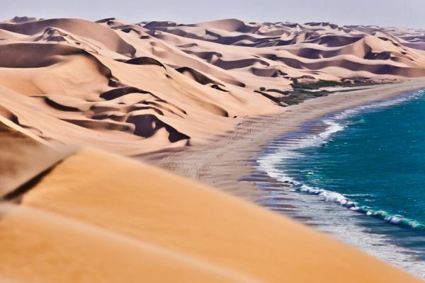 Magnifique contraste entre l'océan atlantique et les dunes du désert