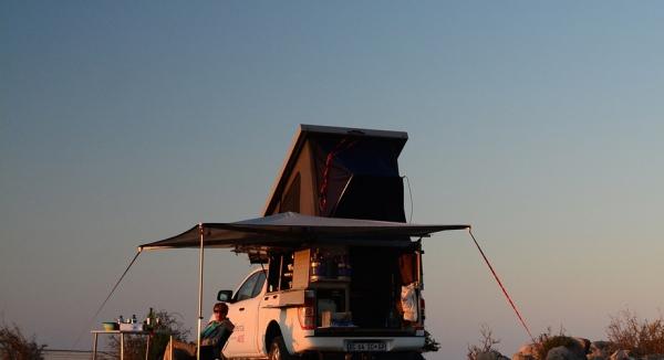 Pause road trip avec ce 4×4 disposant d'une tente ouverte sur le toit