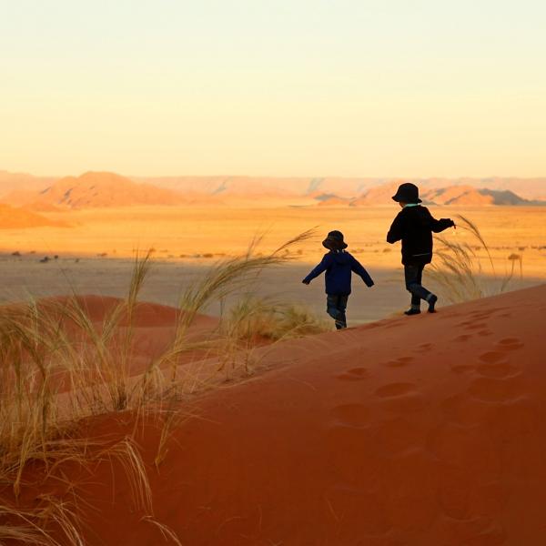 2 enfants en train de descendre les dunes du désert du Namib