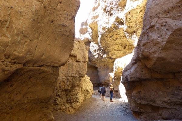 En exploration, un groupe se balade dans le canyon de Sesriem