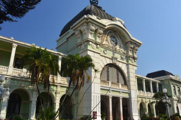 Edifice colonial de la gare centrale de Maputo avec son dogme