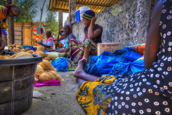 Femmes assises vendant des légumes sur le marché coloré de Maputo