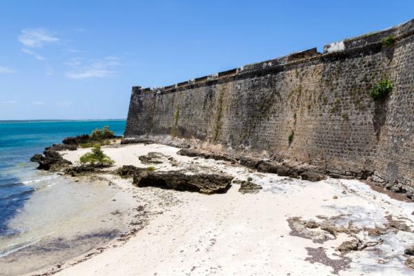 Zoom sur les murs d'un fort en pierre sur le sable au bord de l'océan