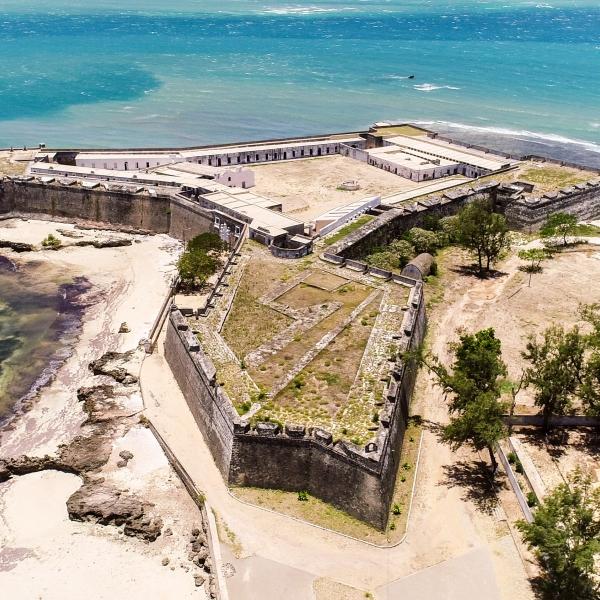Le fort de Saint Julien entouré par l'eau turquoise vue du ciel