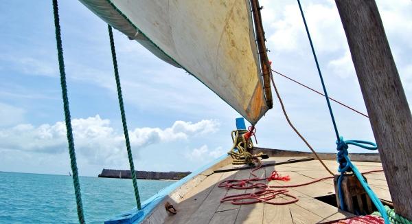 Vue sur l'océan Indien depuis l'intérieur d'un boutre coloré