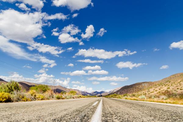 La route 62 à perte d'horizon bordée par des paysages arides